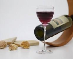 ボージョレー・ヌーヴォーの瓶とワイングラス