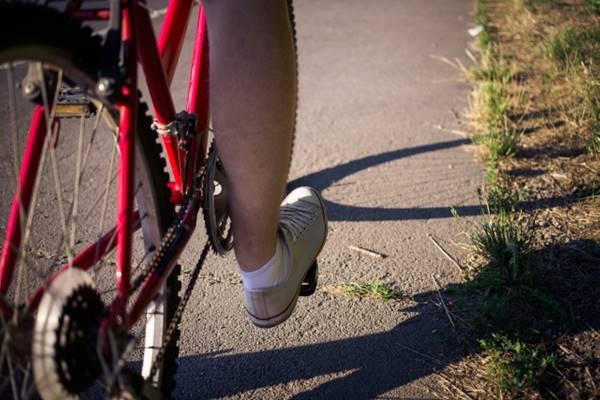 自転車のペダルに足を乗せた人