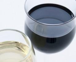 グラスに入った赤・白ワイン