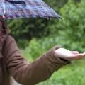 雨の強さを確かめる女性