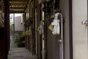 老朽アパートの玄関通路