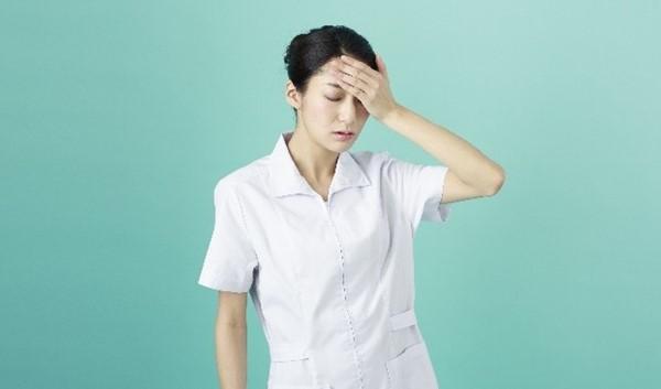 頭痛をうったえる女性