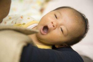 しゃっくりする赤ちゃん