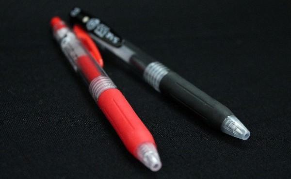 黒と赤のボールペン