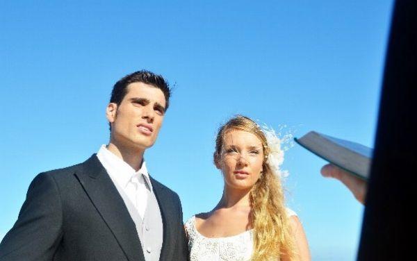 結婚の誓いを立てる新郎新婦