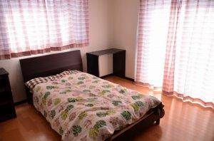 寝室とベッド
