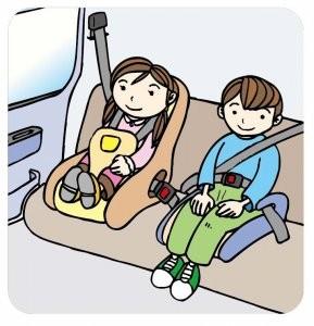 車内でチャイルドシートに座る子供