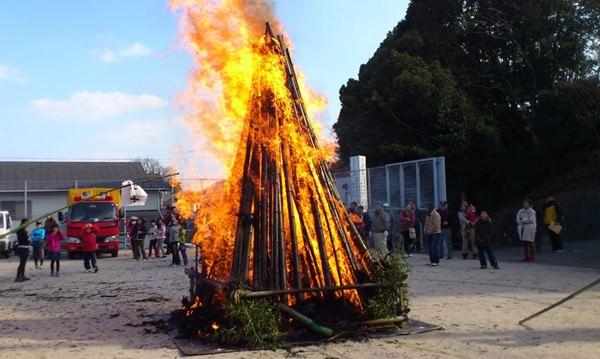 どんど焼が燃え盛る光景