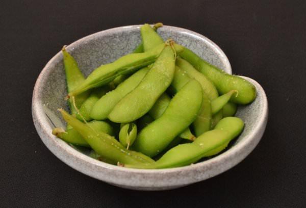 お皿の茹でた枝豆