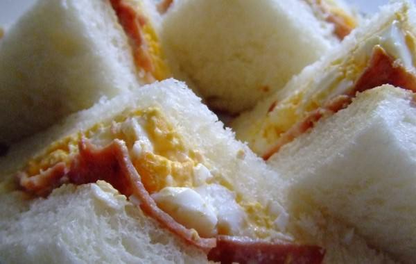 たまごとハムのサンドイッチ