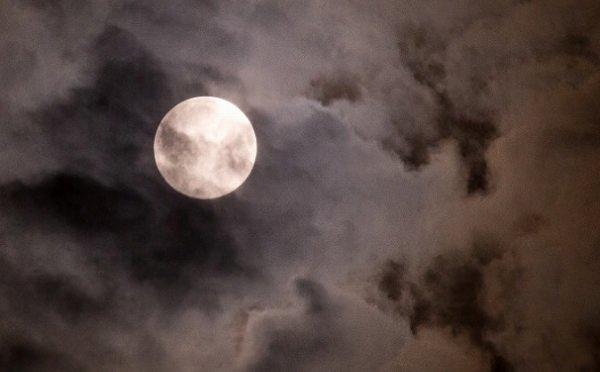 雲に隠れた満月