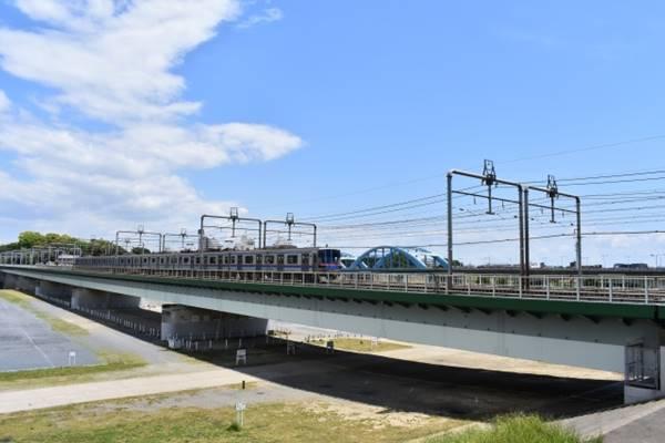 鉄道の高架が掛かる河川敷