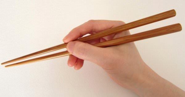 木の箸を持つ右手