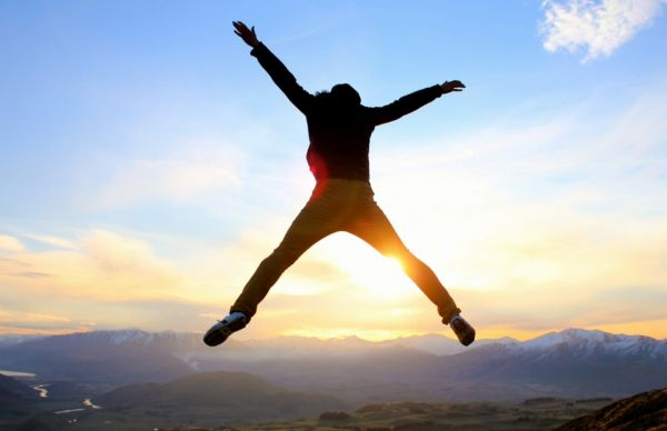 山から昇る朝日に向かってジャンプ