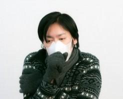 マスクをして寒そうな男性
