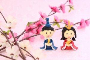 桃の花と雛人形