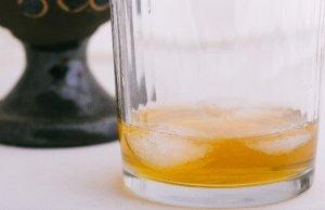 氷を浮かべたグラス
