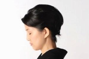 喪服姿の女性の横顔