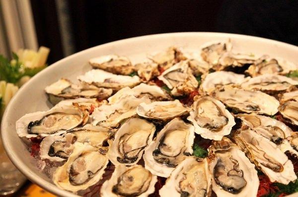 大皿に盛られた牡蠣