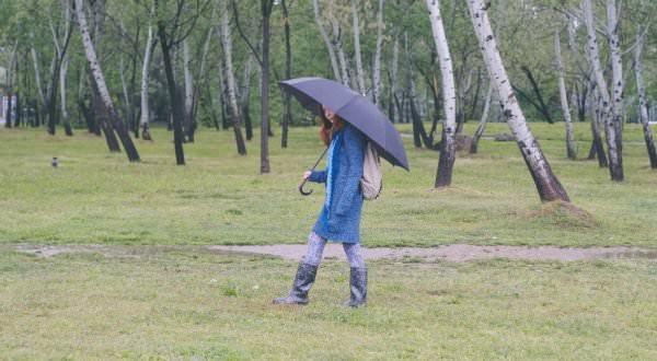 雨傘を指して歩く女性