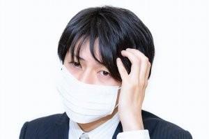 マスクをするサラリーマン