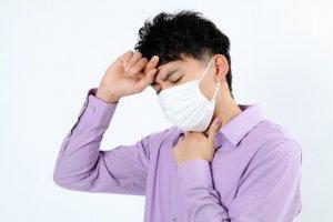風邪を引いた男性