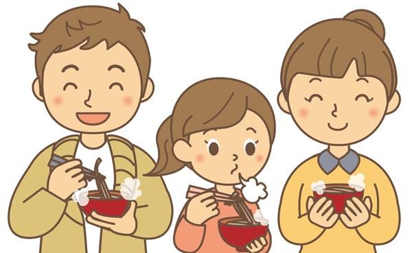 年越し蕎麦を食べる親子