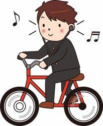両耳イヤホンで自転車走行する生徒