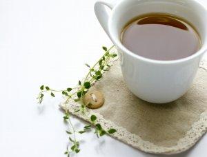 白いカップの紅茶
