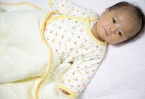 キョトンとした顔の赤ん坊