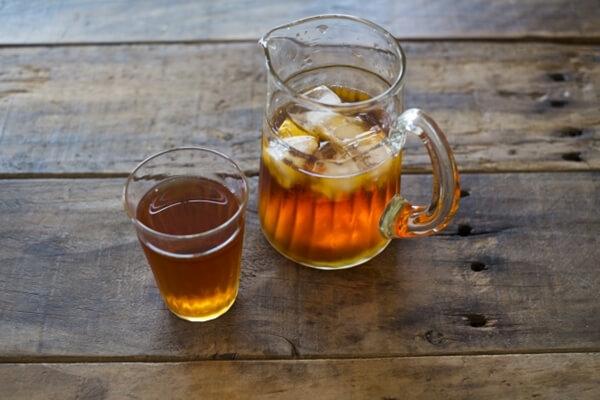麦茶を入れたピッチャーとコップ