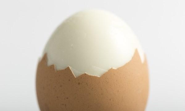 剥きかけのゆで卵