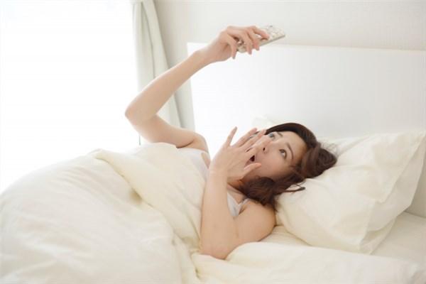 寝坊して時間をスマホで確認する母親