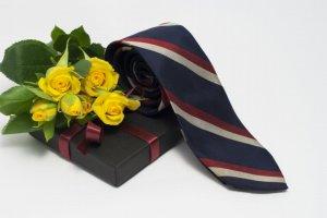 バラを添えたネクタイ