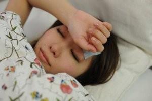 熱を出して寝込む女性