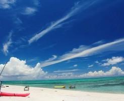 沖縄の青い海と白い砂浜