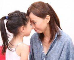 額を寄せ合う母と娘