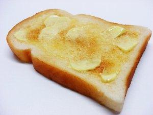 マーガリンを塗った食パン