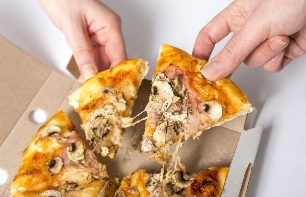 ピザを取り分ける手