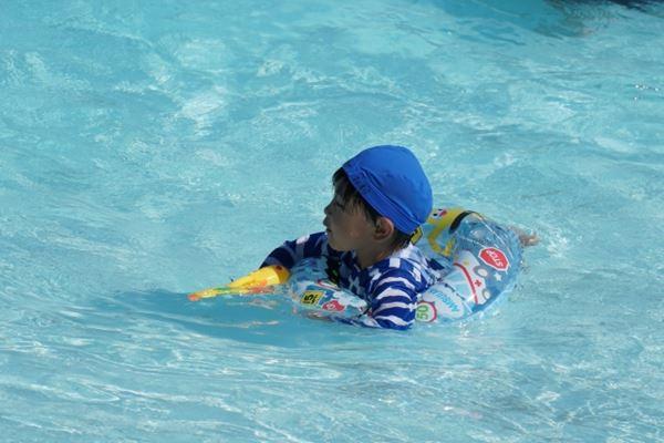 プールで遊ぶ男の子
