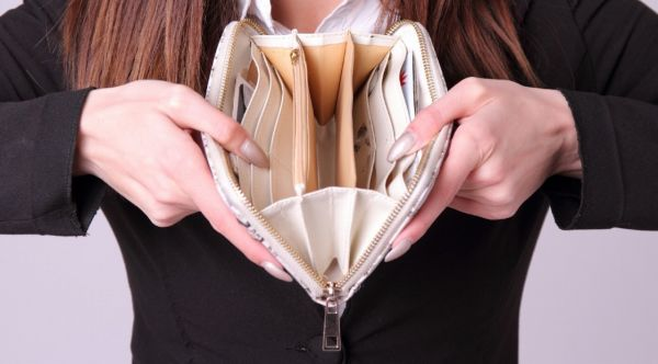 財布を開ける女性