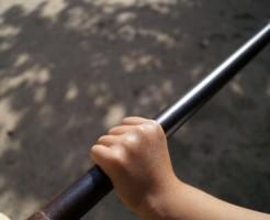 鉄棒を握る手