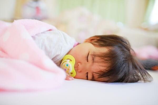 快適に眠る赤ちゃん