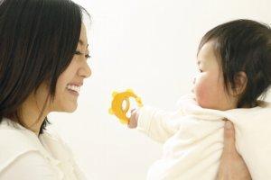 向かい合う赤ん坊と母親