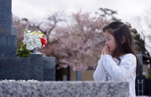 お墓詣りする女の子