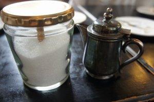 瓶のグラニュー糖とミルク
