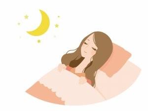 仰向けで寝る女性