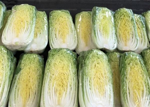 スーパーの店頭に並ぶ白菜