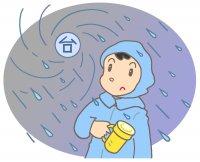 台風に備える男性