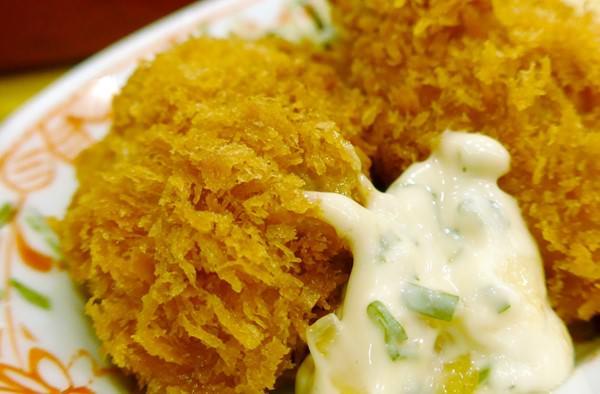 牡蠣フライにかけたタルタルソース
